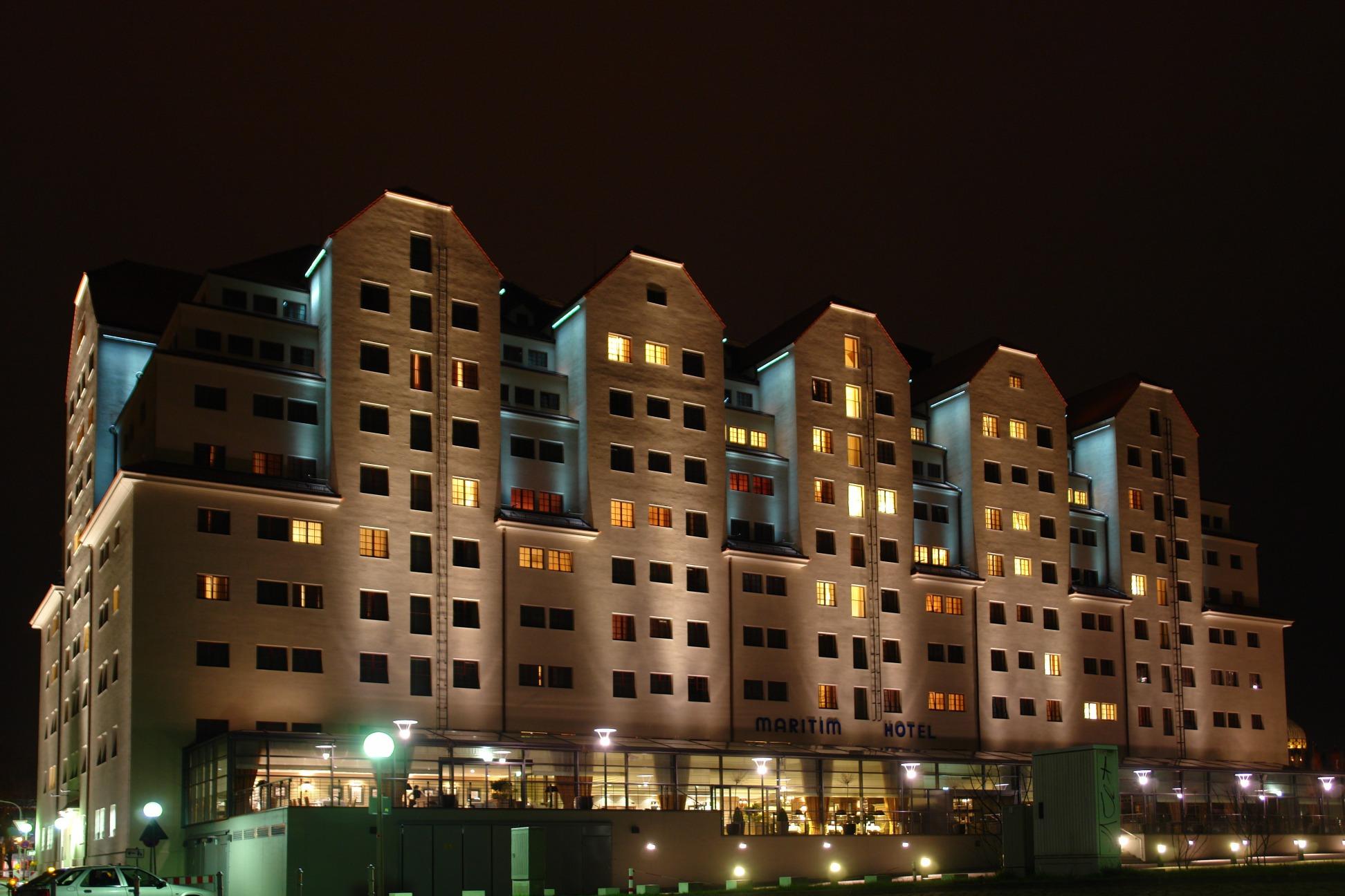 Maritim Hotel bei Nacht